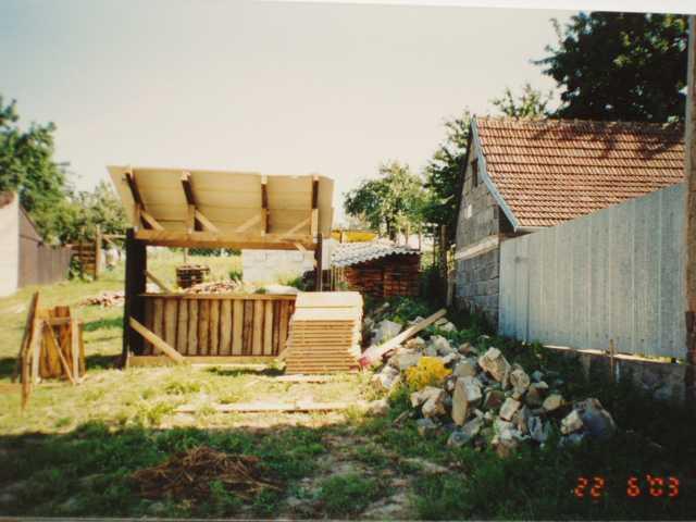 pozemek s materialem
